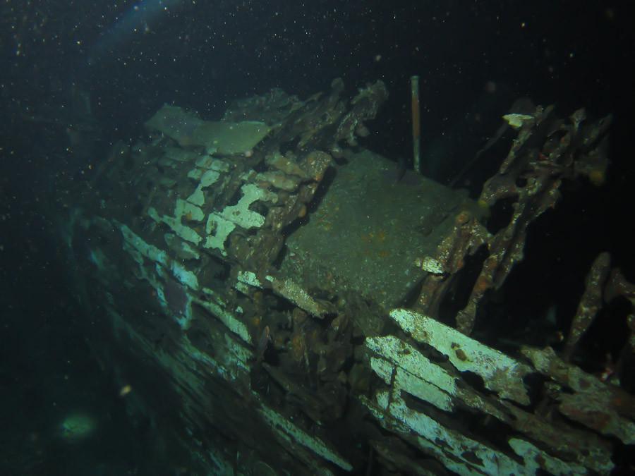 Ship wreck off Bonaire - night dive