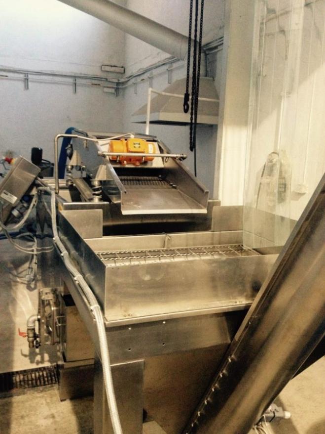 Automatic olive washing machine